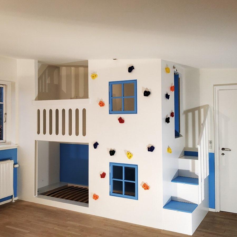 Børnemøbel med seng, skrivebord og klatrevæg