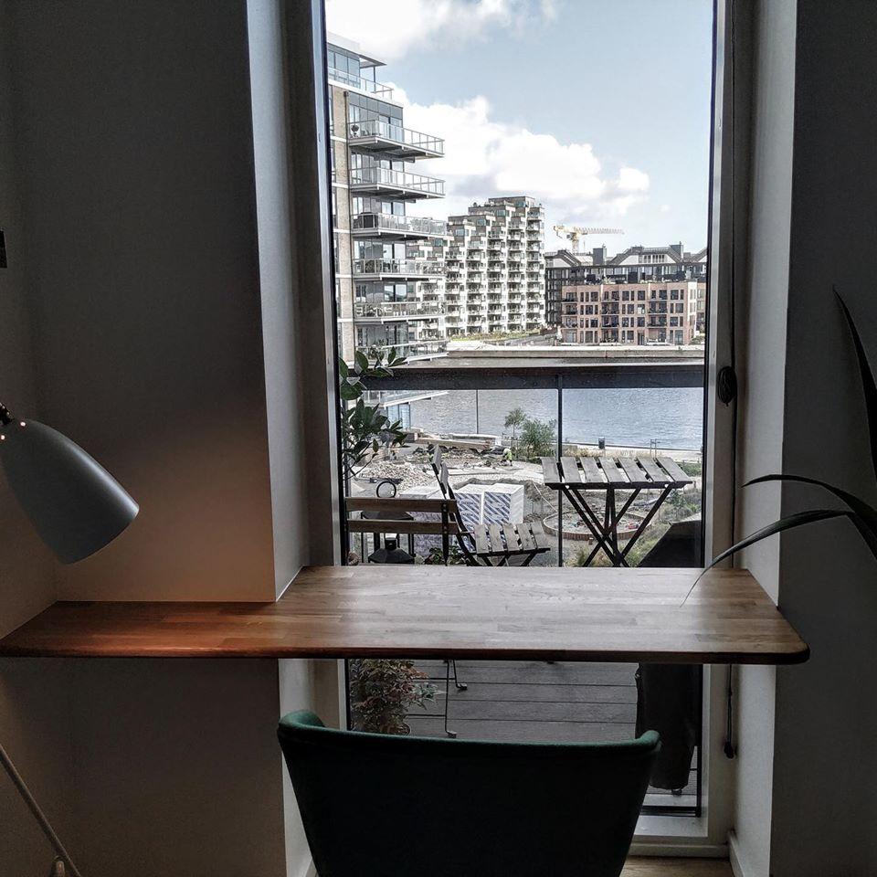 Speciallavet på mål og indbygget svævende skrivebord i massiv eg