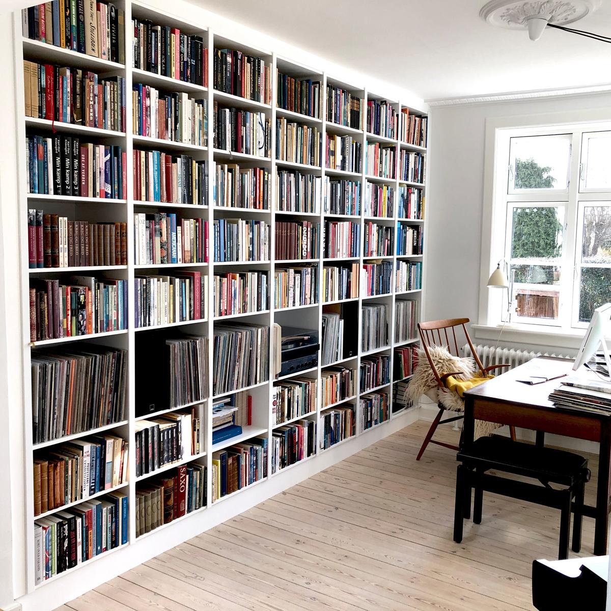 Speciallavet indbygget reol lavet på mål til bøger og LP opbevaring