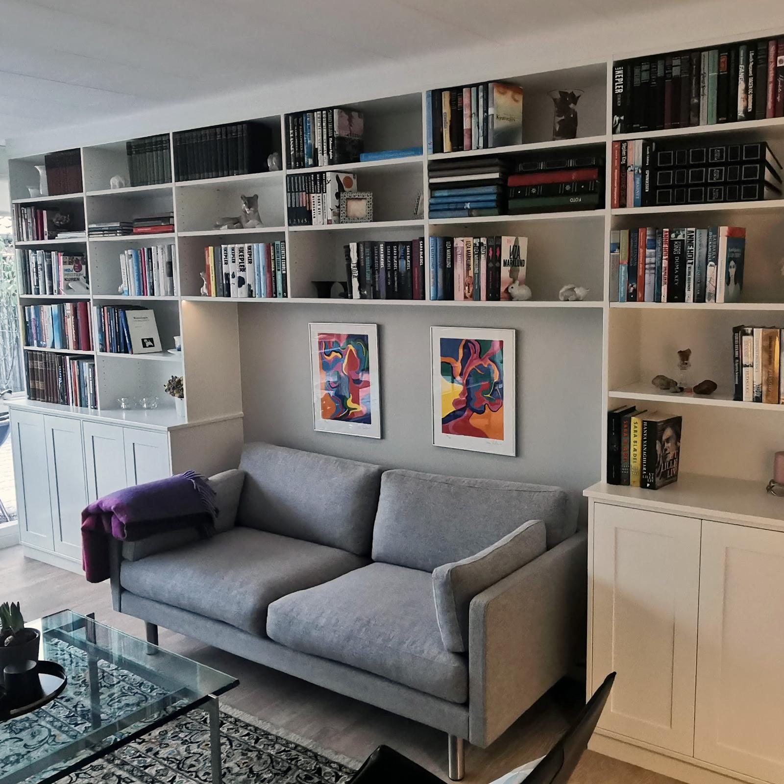 Speciallavet på mål og indbygget reol omkring sofa med skabe for neden