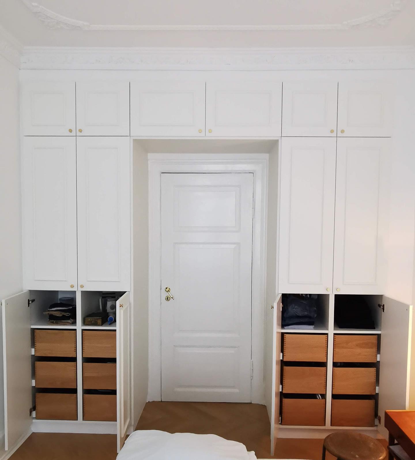 Indbygget garderobe med special- og snedker-lavede låger og egetræsskuffer