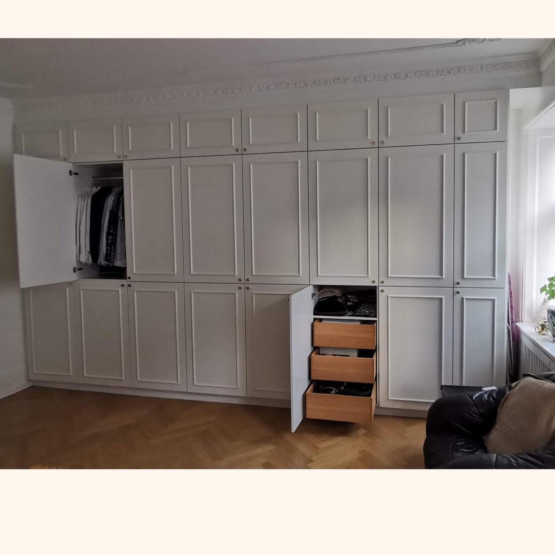 Indbygget garderobe med special- og snedker-lavede låger og egetræs skuffer