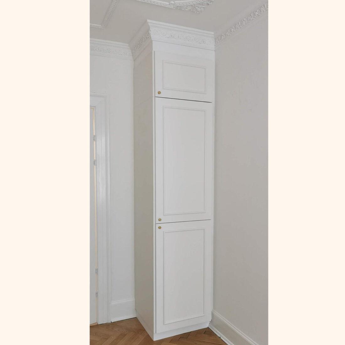 Indbygget garderobe med special- og snedker-lavede låger